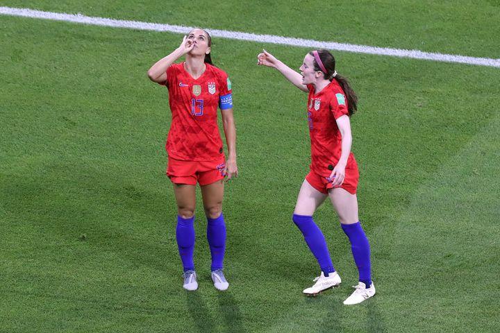 2019 FIFA 여자월드컵 준결승 미국 : 잉글랜드 경기에서 미국 대표팀의 알렉스 모건이 이날 경기의 결승골을 넣은 뒤 차를 홀짝거리는 골 셀러브레이션을 선보이고 있다. 리옹, 프랑스. 2019년 7월2일.