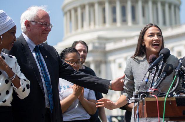 Alexandria Ocasio-Cortez interviene en un acto junto a Bernie Sanders ante el Capitolio de Washington,...