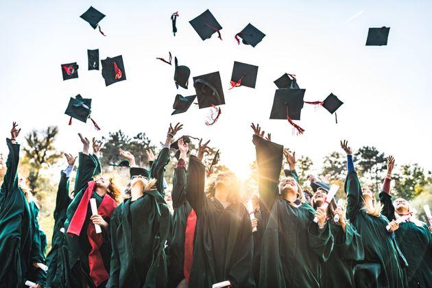 海外の卒業式で、帽子を投げて祝う卒業生たちの様子(イメージ写真)