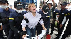 미쓰비시 한국영업소 앞에서 시위를 하던 대학생들이