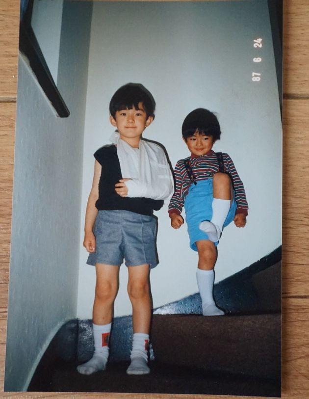 骨折している私(左)に対し自らの運動神経の良さを無意識に誇示する弟(右)
