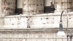 Minaccia di buttarsi dal Colosseo. Poi la polizia lo convince a