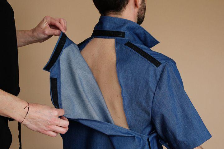 Cette chemise permet d'ôter le dos pour que le corps soit en contact direct avec les matelas anti-escarres et éviter ces plaies.