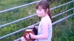 Esta niña consigue con su acordeón convocar un ejército de