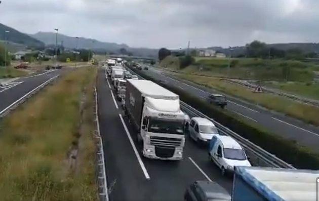 Cortan la autovía Santander-Madrid en un sentido por el hundimiento de la