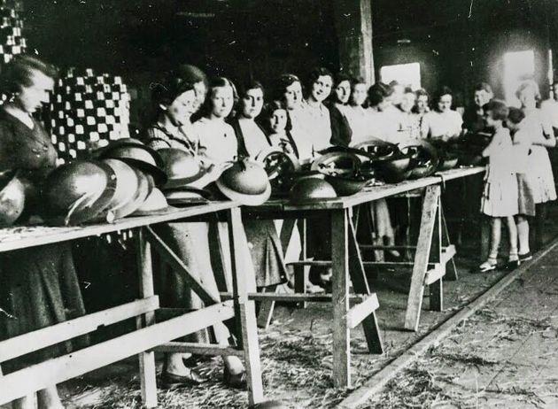 Mulheres no comando da linha de produção de capacetes para combatentes em São