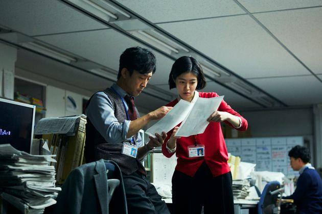 新聞記者を演じたシム・ウンギョン(右)