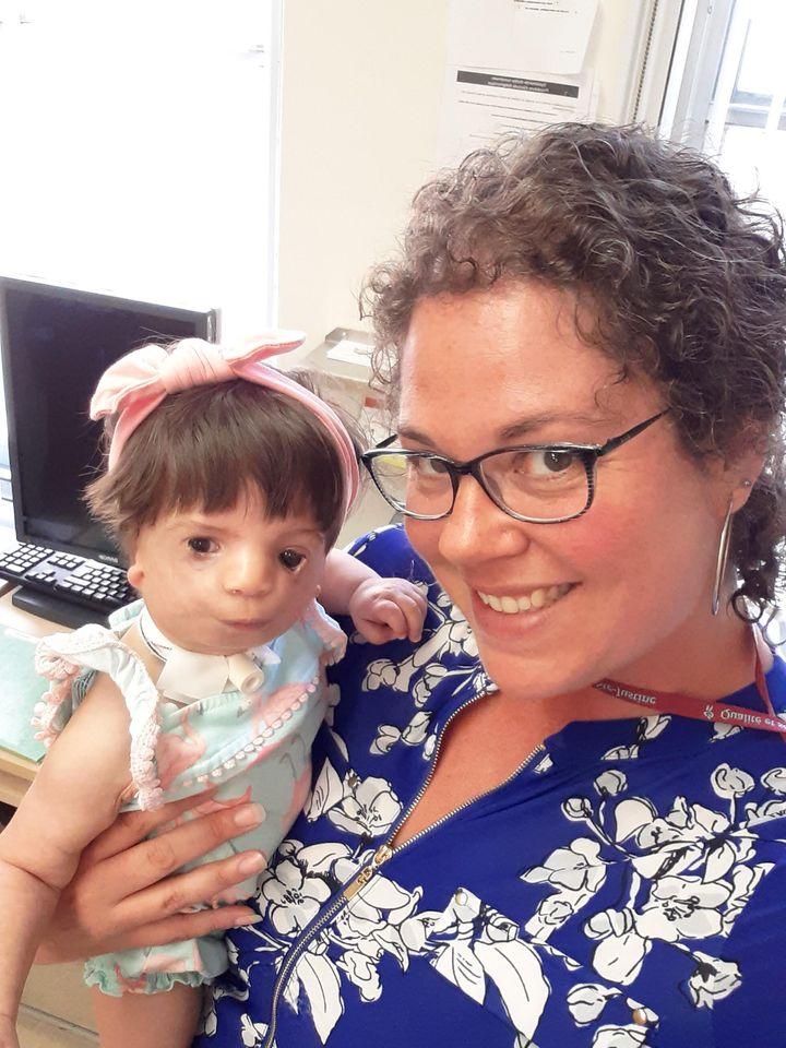 Stéphanie Santos, infirmière coordonnatrice à la clinique crano-faciale du CHU Sainte-Justine, tient dans ses bras la petite Lea Rose, âgée de 8 mois et demi, atteinte du syndrome de Treacher-Collins.
