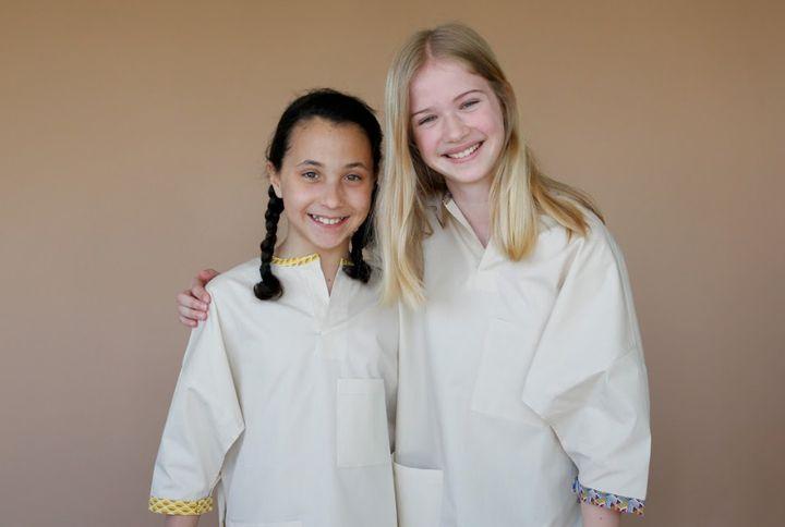 Blouses d'hôpital en coton bio pour enfants, fournies avec un feutre textile pour les décorer.
