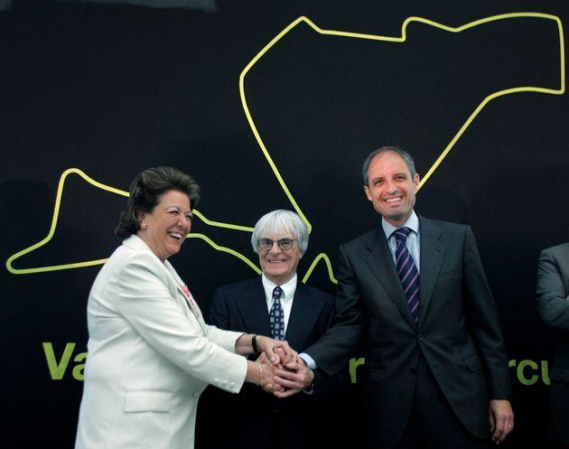 El jefe de la F1, Bernie Ecclestone, posa con el entonces presidente valenciano, Francisco Camps, y la...