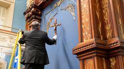 Le crucifix retiré du Salon bleu... avec des gants