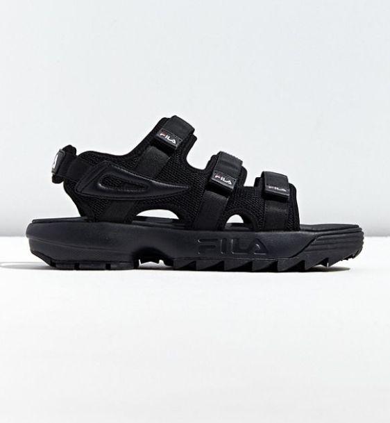 """<a href=""""https://www.urbanoutfitters.com/en-ca/shop/fila-uo-exclusive-disruptor-sandal?category=mens-shoes&amp;color=001&amp;type=REGULAR"""" target=""""_blank"""" rel=""""noopener noreferrer"""">Sandales Fila 79$</a>"""