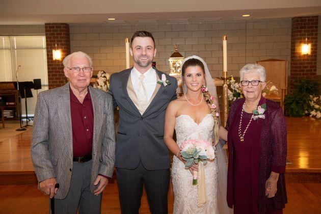 Os recém-casados posam para foto com os avós de
