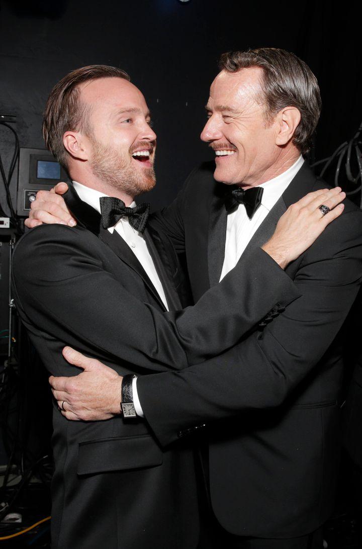 Photo d'archives d'Aaron Paul (à gauche) et de Bryan Cranston aux Emmy Awards, à Los Angeles.
