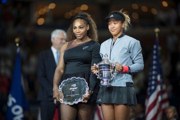 2018年のUSオープン決勝後 優勝カップを持つ大坂なおみ選手(右)と、セリーナ・ウィリアムズ選手(左)