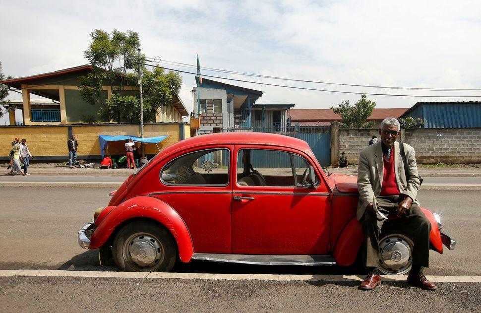 2017년 9월 에티오피아에서 1977년 모델 차주가 포즈를 취했다. 그는 이 차를 17년 동안 몰았다.