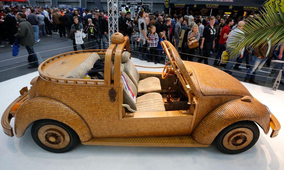 2013년 독일 에센 모터쇼에서 보스니아 헤르체고비나에 사는 비틀 팬 모미르 보직이 직접 개조한 '우드 비틀'을 선보였다. 오크 소재의 부품 2만개를 차 내부와 외부 표면에 붙였으며, 실제로 도로 주행도 가능하다.