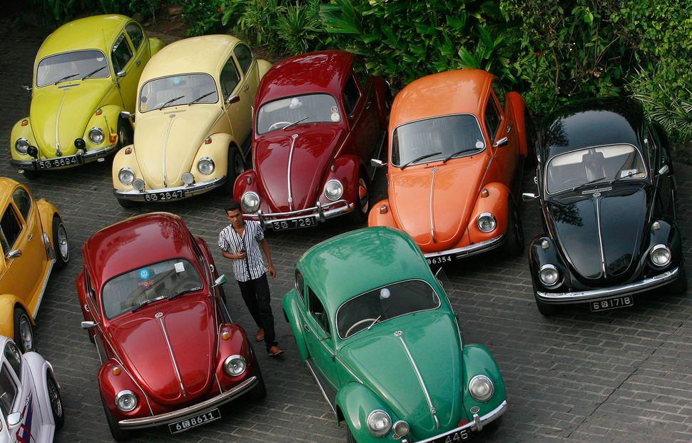 2011년 스리랑카 콜롬보에서 열린 '폭스바겐의 날' 모인 비틀 차량 여러대가 늘어서있다.