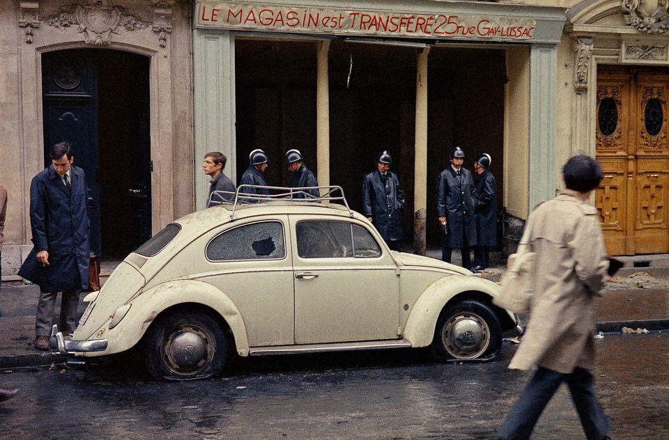 '20세기의 아이콘'인 비틀은 역사의 여러 순간들을 함께 했다. 1968년 5월 학생집회가 열린 날 파리 라틴지구의 한 골목에 경찰들이