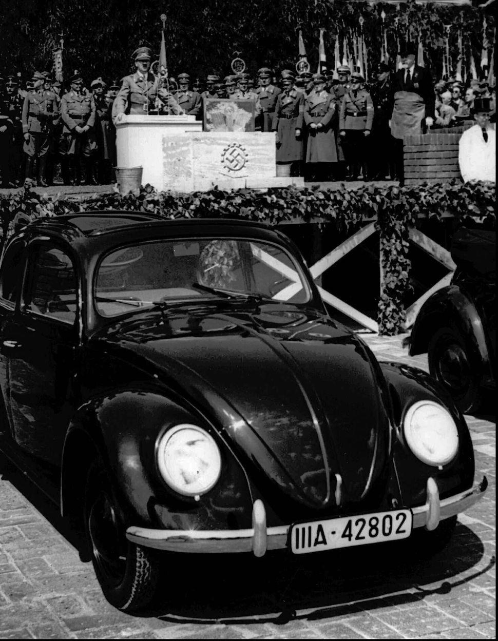 1938년 5월 나치 독일의 아돌프 히틀러가 독일 작센에서 열린 폭스바겐 공장 개소식에서 연설을 하고 있다.