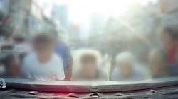 시민들이 차량에 깔린 8세 아이를 구하기 위해 차를 들어 올렸다 (블랙박스