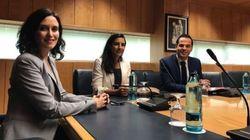 La ausencia en la foto de Ciudadanos, PP y Vox que más ha llamado la atención: hay que mirar la mesa con
