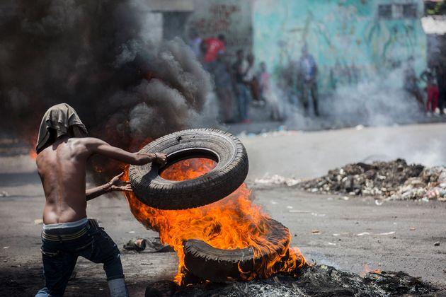아이티 시위자들이 6월 9일 포르토프랭스에서 조베넬 모이즈(Jovenel Moïse) 대통령 퇴진을 요구하는 시위에 참여하고 있다.