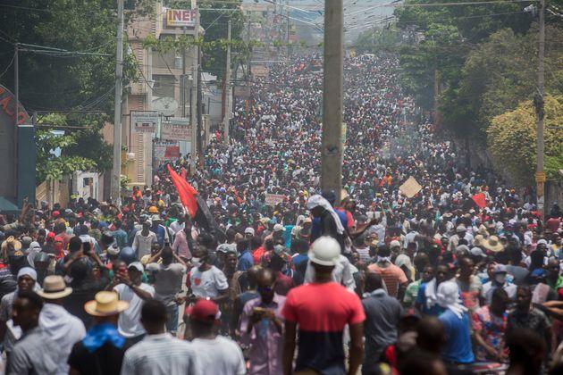 아이티 국민들이 6월 9일 조베넬 모이즈(Jovenel Moïse) 대통령 퇴진을 요구하는 시위에서 포르포프랭스 거리로 가두 행진 하고 있다.