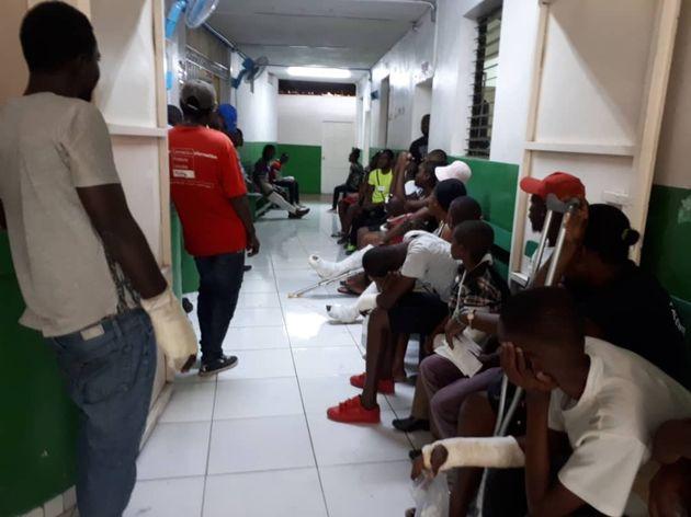 포르토프랭스에 위치한 국경없는의사회 응급센터에서 환자들이 방사선실과 깁스실 앞에서 대기하고 있다.