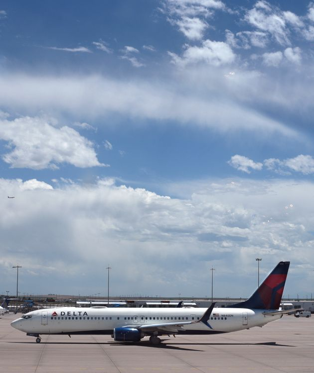 Ο κινητήρας ενός αεροπλάνου της Delta χάλασε στον αέρα – Εκανε αναγκαστική