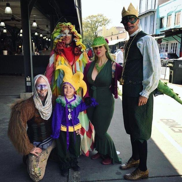 뉴올리언스의 카니발에 참석한 우리 가족. 가장 오른쪽이 리, 그 옆이 나다. 내 옆에 선 요란한 차림은 클린트이며, 무릎 꿇은 이는 내 파트너