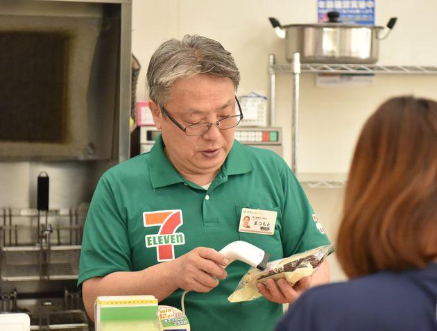 レジに立つ松本さん