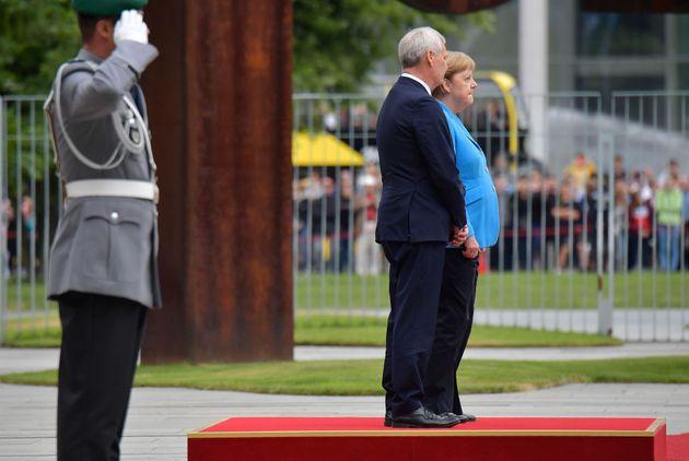 Merkel sufre un tercer episodio de temblores en un acto