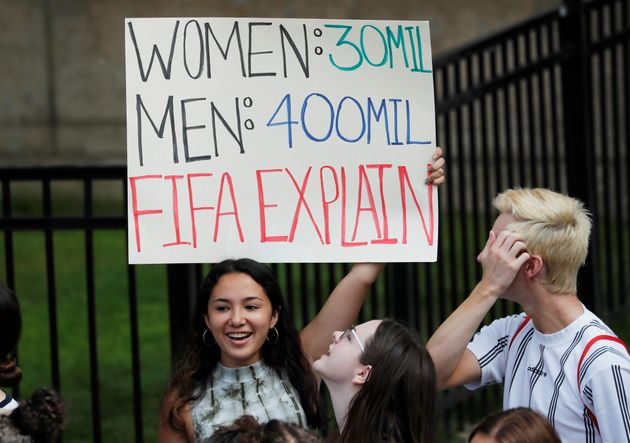 """Mulheres: 30 mil; Homens: 400 mil; Fifa, se"