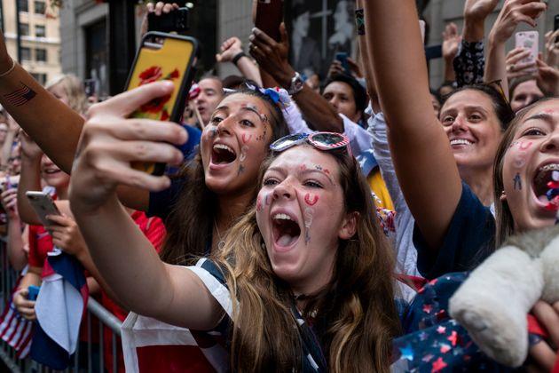 Des dizaines de milliers de fans ont participé à la parade de victoire de l'équipe...