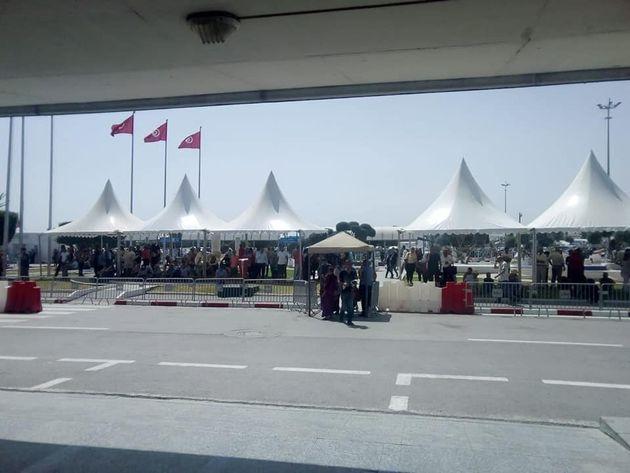 Aéroport de Tunis-Carthage: Des tentes installées à l'extérieur pour améliorer les conditions