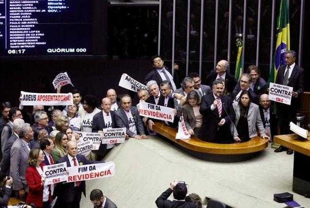 Oposição levou cartazes contra reforma da Previdência e reforçou que a PEC...