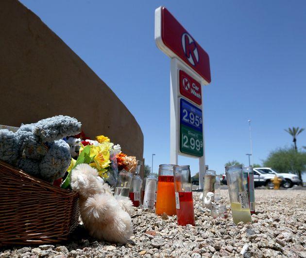Un mémorial de fortune a été installé près de ce Circle K après...