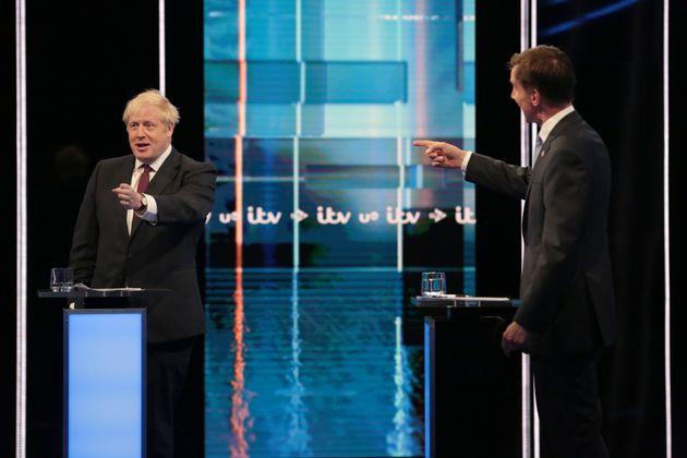 영국 차기 총리(보수당 대표) 후보 보리스 존슨(왼쪽)과 제러미 헌트가 TV토론을 벌이고 있다. 2019년