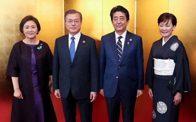 문재인 대통령과 김정숙 여사가 28일 오후 일본 오사카 영빈관에서 열린 G20 만찬에 참석해 아베 신조 일본 총리, 아베 아키에 여사와 기념촬영을 하고 있다.(청와대