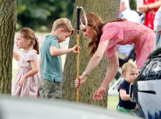 Un picnic insieme a mamma Kate. I royal baby spensierati e sorridenti sul prato del polo