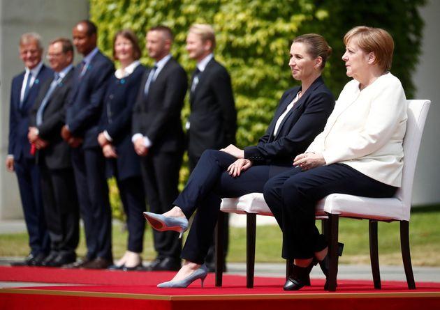 Dopo i tre tremori, Angela Merkel ascolta l'Inno