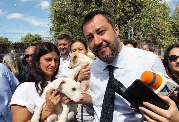 Salvini chiude il Cara di Mineo e lancia un appello: