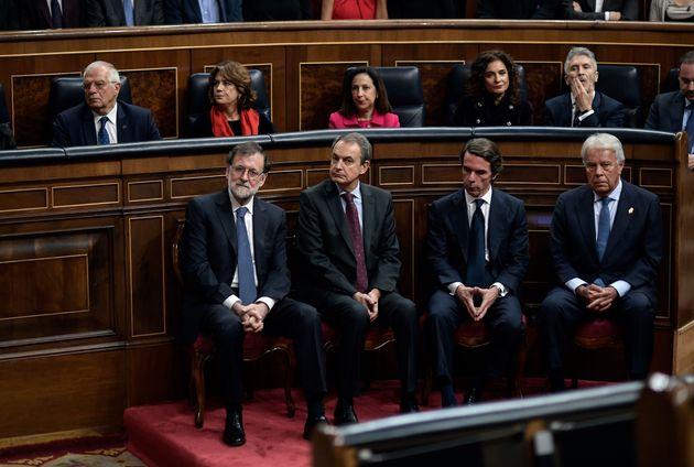 En primer plano, los cuatro expresidentes de España durante la democracia: Rajoy (PP), Zapatero...