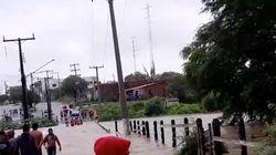 Vídeo mostra água invadindo cidade após barragem romper na divisa da Bahia com
