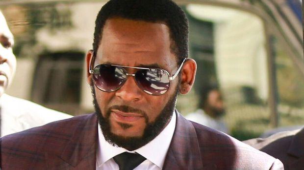 El cantante de R&B R. Kelly, en el centro, sale de una corte penal en Chicago tras comparecer para responder a cargos de abuso sexual el miércoles 26 de junio del 2019. (AP Foto/Amr Alfiky)