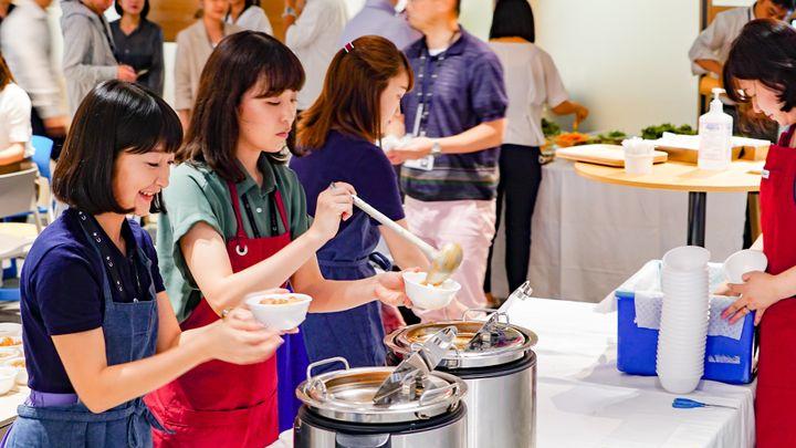 配膳などの運営は社員が「手弁当」でやっています