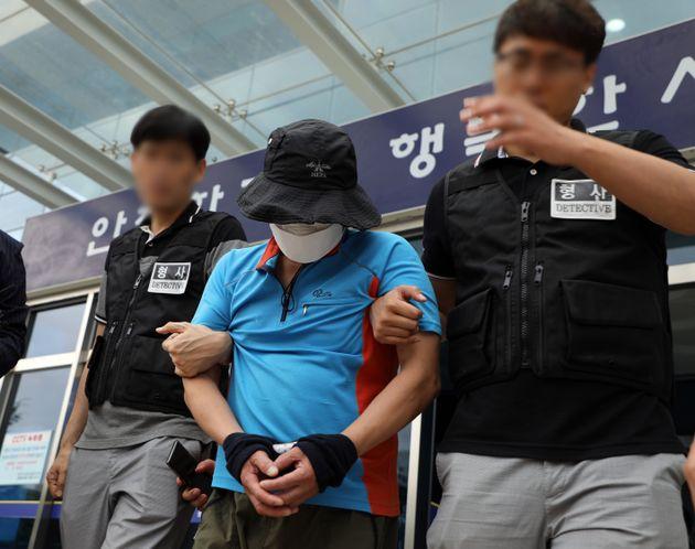 8세 여아와 어머니를 상대로 성폭행을 시도하다 붙잡힌 A씨가 12일 오전 광주 서부경찰서에서 영장실질심사를 받기 위해 이동하고