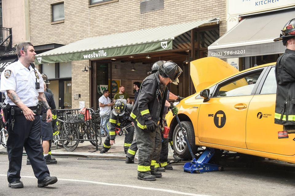 Ταξί στο Μανχάταν παρέσυρε οχτώ άτομα πριν καταλήξει μέσα σε