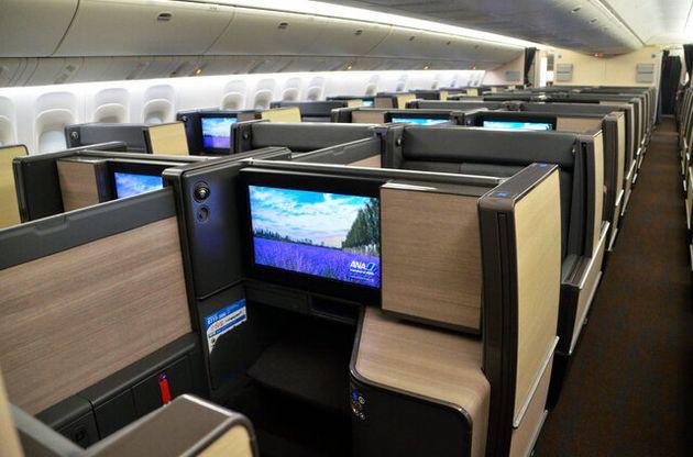 デザインが一新され、全席個室となったビジネスクラス=2019年7月11日、東京都の羽田空港